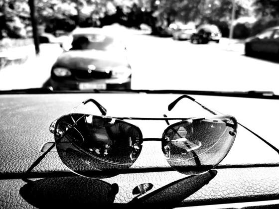 Sonnenbrille im Auto